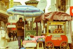 埃斯基谢希尔,土耳其- 2017年3月13日:推车用传统土耳其酥皮点心 库存照片