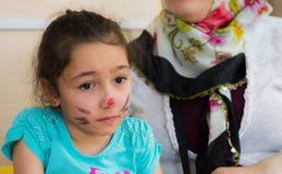 埃斯基谢希尔,土耳其- 2017年5月05日:有坐在有她的母亲的教室的色的面孔的学龄前小女孩 库存图片