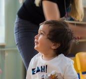 埃斯基谢希尔,土耳其- 2017年5月05日:有他的母亲的甜小男孩后边在幼儿园教室 免版税库存图片