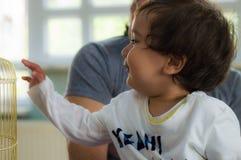 埃斯基谢希尔,土耳其- 2017年5月05日:有他的父亲的甜小男孩后边在幼儿园教室 免版税图库摄影
