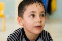 埃斯基谢希尔,土耳其- 2017年5月05日:看好奇地在教室的学龄前小男孩 免版税库存图片