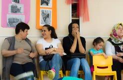 埃斯基谢希尔,土耳其- 2017年5月05日:等待他们的孩子的母亲在幼儿园教室 库存照片