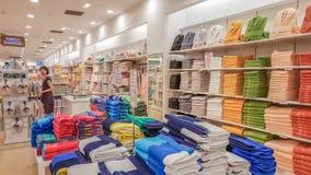 埃斯基谢希尔,土耳其- 2017年5月04日:美丽的深色的妇女审查的毛巾在一家商店在埃斯基谢希尔 免版税库存照片