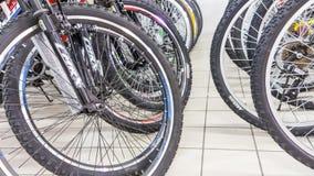 埃斯基谢希尔,土耳其- 2017年6月05日:自行车车轮特写镜头集中于轮胎在道路交叉点超级市场在埃斯基谢希尔,土耳其 免版税库存照片