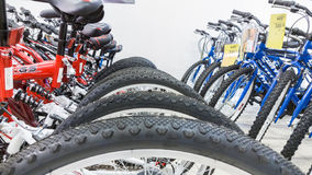 埃斯基谢希尔,土耳其- 2017年6月05日:自行车车轮特写镜头集中于轮胎在道路交叉点超级市场在埃斯基谢希尔,土耳其 免版税库存图片