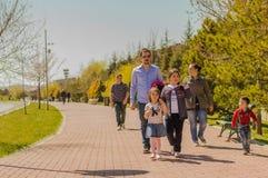 埃斯基谢希尔,土耳其- 2017年4月02日:走在公园的家庭 免版税库存照片