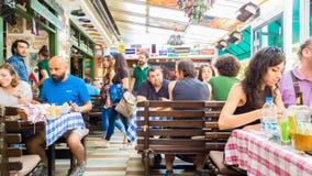 埃斯基谢希尔,土耳其- 2017年7月16日:顾客和繁忙的职员在现代世界烹调餐馆告诉了Travelers的Cafe在埃斯基谢希尔 库存图片