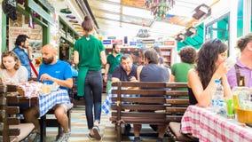 埃斯基谢希尔,土耳其- 2017年7月16日:顾客和繁忙的职员在现代世界烹调餐馆告诉了Travelers的Cafe在埃斯基谢希尔 免版税库存照片