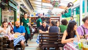 埃斯基谢希尔,土耳其- 2017年7月16日:顾客和繁忙的职员在现代世界烹调餐馆告诉了Travelers的Cafe在埃斯基谢希尔 图库摄影