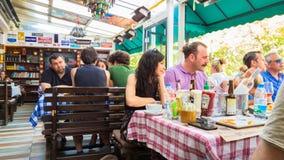 埃斯基谢希尔,土耳其- 2017年7月16日:顾客在现代世界烹调餐馆告诉了Travelers的Cafe在埃斯基谢希尔 免版税库存图片