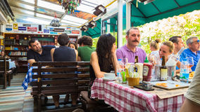埃斯基谢希尔,土耳其- 2017年7月16日:顾客在现代世界烹调餐馆告诉了Travelers的Cafe在埃斯基谢希尔 免版税图库摄影