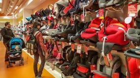 埃斯基谢希尔,土耳其- 2017年4月08日:年轻加上寻找微型汽车位子的婴儿推车的一个婴孩在一个超级市场在埃斯基谢希尔 免版税库存照片