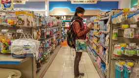 埃斯基谢希尔,土耳其- 2017年4月08日:婴孩的少妇在一个超级市场供应部分在埃斯基谢希尔,土耳其 库存照片