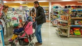 埃斯基谢希尔,土耳其- 2017年4月08日:寻找婴孩产品的顾客在婴孩商店商店在埃斯基谢希尔 免版税库存照片
