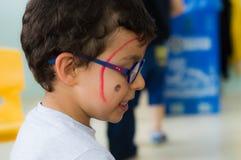 埃斯基谢希尔,土耳其- 2017年5月05日:戴眼镜的幼儿园男孩和色的面孔在教室 图库摄影