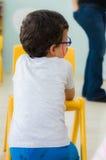 埃斯基谢希尔,土耳其- 2017年5月05日:戴眼镜的幼儿园男孩和色的面孔在教室 库存照片