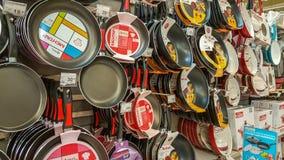 埃斯基谢希尔,土耳其- 2017年4月17日:Tefon平底锅在超级市场的待售在埃斯基谢希尔搁置 图库摄影