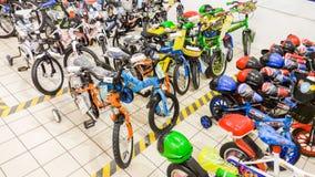 埃斯基谢希尔,土耳其- 2017年6月05日:在一个道路交叉点超级市场显示的男孩的儿童的自行车在埃斯基谢希尔,土耳其 免版税库存图片