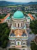 埃斯泰尔戈姆,匈牙利-保佑的圣母玛丽亚的大主教的大教堂的鸟瞰图 图库摄影