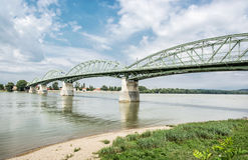 从埃斯泰尔戈姆, Sturovo的, Slovaki匈牙利的玛丽亚瓦莱里亚桥梁 库存照片