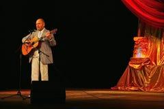 埃斯特拉达剧院阶段唱歌的和读的诗歌的亚历山大Dolsky 免版税图库摄影