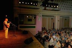 埃斯特拉达剧院阶段唱歌的和读的诗歌的亚历山大Dolsky 图库摄影