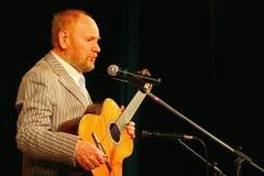 埃斯特拉达剧院阶段唱歌的和读的诗歌的亚历山大Dolsky 免版税库存照片