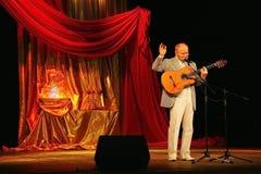 埃斯特拉达剧院阶段唱歌的和读的诗歌的亚历山大Dolsky 库存照片