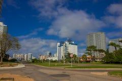 埃斯特角城,乌拉圭- 2016年5月06日:在一条街道的一些新的大厦接近海滩 库存图片