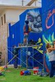 埃斯特角城,乌拉圭- 2016年5月06日:绘在墙壁上的未认出的年轻人有些grafittis 库存图片
