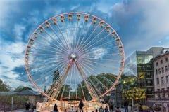 埃森,德国- 2017年10月30日:已经安装圣诞节弗累斯大转轮和与著名的constrasts 免版税库存照片