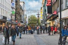埃森,德国- 2017年10月30日:数千顾客享受城市和它的奉献物在星期一在两银行前 免版税图库摄影
