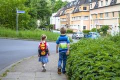 埃森,德国- 2018年5月12日:走入Drostenhof街道的男孩和女孩 免版税库存照片