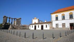埃武拉,葡萄牙- 2016年10月8日:戴安娜` s寺庙和圣约翰教堂罗马废墟福音传教士 免版税库存照片