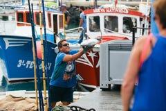 费埃特文图拉岛,西班牙- 10月27 :卸载抓住的渔夫  免版税库存图片