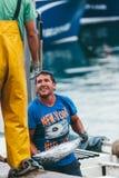 费埃特文图拉岛,西班牙- 10月27 :卸载抓住的渔夫  免版税库存照片