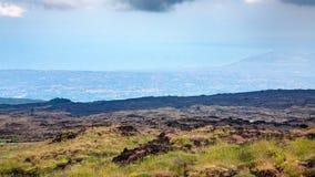 埃特纳火山和爱奥尼亚海海岸长得太大的倾斜  免版税库存图片