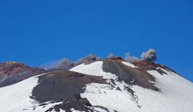 埃特纳火山在春天喷发 免版税库存照片