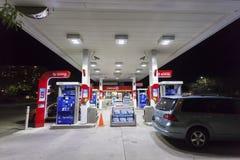 埃索石油加油站在晚上 库存图片