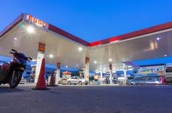 埃索石油在清早时间的加油站 库存照片