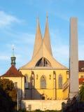 埃莫与两个现代尖刻的塔的修道院Na Slovanech,亦称Emauzy,布拉格,捷克 库存照片