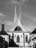 埃莫与两个现代尖刻的塔的修道院Na Slovanech,亦称Emauzy,布拉格,捷克 免版税库存照片