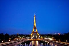埃菲尔・巴黎s天空塔微明 免版税库存图片