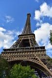 埃菲尔・法国巴黎塔 透视从下面 蓝色覆盖天空结构树 免版税库存照片