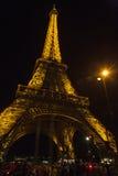 埃菲尔照亮了晚上塔 免版税库存图片