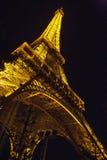 埃菲尔照亮了晚上塔 免版税库存照片