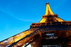 埃菲尔照亮了晚上巴黎塔 免版税库存图片