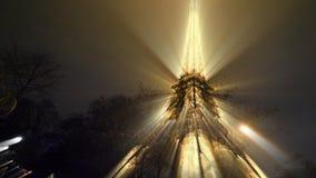 埃菲尔铁塔巴黎发光在晚上的法国 股票视频