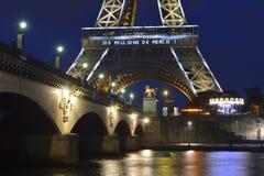 埃菲尔铁塔照亮了 库存照片