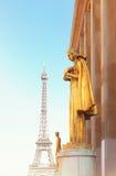 埃菲尔Trocadero游览和雕象  免版税库存图片